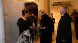 Riaditeľka Plesu v opere Andrea Cocherová (vľavo) a hostiteľ Pavol Lančarič vítajú hostí na 20. ročníku Plesu v opere.