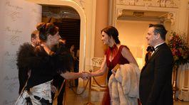 Riaditeľka Plesu v opere Andrea Cocherová (vľavo) víta manželov Beátu a Dana Danglovcov.