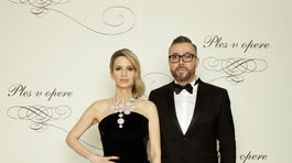 Štylistka Zuzana Kanisová v šatách od Fera Mikloška a Michal Borec, riaditeľ marketingu a PR televízie Markíza.