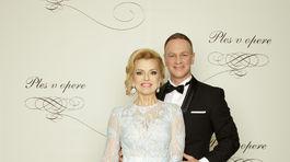 Zlatica Švajdová Puškárová, moderátorka v šatách od Jany Pištejovej. Na snímke s manželom Patrikom Švajdom.