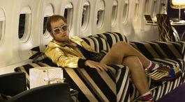 Herec Taron Egerton ako Elton John vo filme Rocketman..