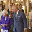 Záber z marca 2019: V popredí kráľovná Alžbeta II. so synom princom Charlesom. Za nimi kráčajú Charlesovi synovia s manželkami - zľava: vojvodkyňa Kate, princ William, princ Harry a vojvodkyňa Meghan. V strede vzadu vojvodkyňa Camila.