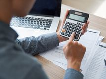 kalkulačka, papiere, notebook, počátanie