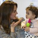 Vojvodkyňa Kate v náručí s 18-mesačným dieťaťom Sorayah Ahmadom počas návštevy Khidmat Centre v Bradforde.