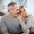 manželia, objatie, úsmev