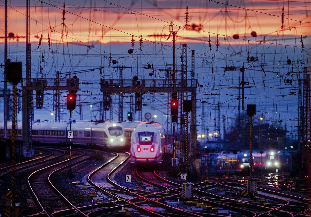 Frankfurt / Nemecko / vlak / železnice / železnica / koľaj / stanica /