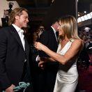 Herec Brad Pitt a herečka Jennifer Aniston si navzájom gratulujú v zákulisí cien SAG Awards.