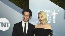 Herečka Michelle Williams (v šatách Louis Vuitton) prišla aj so snúbencom Thomasom Kailom.