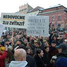 Protestujúci dav ľudí prerušil míting ĽSNS v Levoči