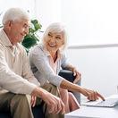 manželia, dôchodcovia, radosť, notebook, obývačka