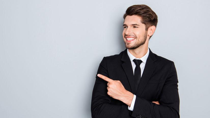 muž, oblek, ukazovanie, úsmev
