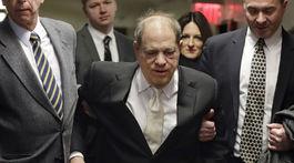 Producent Harvey Weinstein (v strede) prichádza na súdny proces v New Yorku vo štvrtok 23. januára 2020.