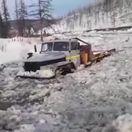 Extrémny ruský offroad. Nákladný Ural bol po kabínu v ľade