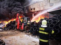 hasiči, výrobná hala, šurany