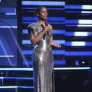 Speváčka a moderátorka večera Alicia Keys v kreácii Atelier Versace.