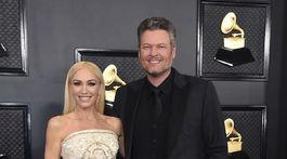 Speváčka Gwen Stefani v šatách Dolce & Gabanna. Sprevádzal ju partner Blake Shelton.