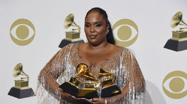 Speváčka Lizzo pózuje so svojimi cenami Grammy.