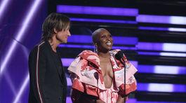 Spevák Keith Urban a herečka a speváčka Cynthia Erivo odovzdali jednu z cien. Erivo mala na sebe kreáciu Valentino Haute Couture.