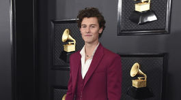 Spevák Shawn Mendes v pánskom obleku Louis Vuitton.