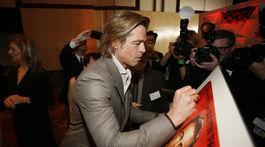 Herec Brad Pitt podpisuje plagát k filmu Vtedy v Hollywoode.