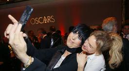 Skladateľka a producentka Diane Warren (vľavo) si robí selfie s herečkou Renee Zellwegerovou.