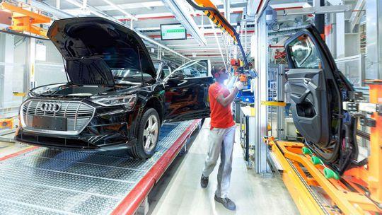 Audi zastavilo v Belgicku výrobu elektrického SUV e-tron. Nemá preň batérie!