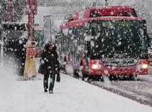 Sneh sa sypal na Bratislavu, ľudia sa kĺzali, autá šmýkali