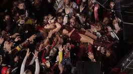 """Shakira počas vystúpenia v prestávke Super Bowl absolvovala aj """"stage-diving""""."""