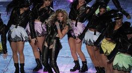 Speváčka Jennifer Lopez počas minivystúpenia vystriedala dokonca aj kostýmy.
