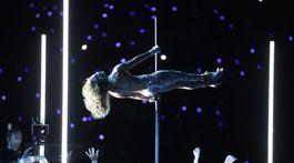 Speváčka Jennifer Lopez predviedla svoje schopnosti tanca pri tyči, ktoré získala pri nakrúcaní filmu Zlatokopky.