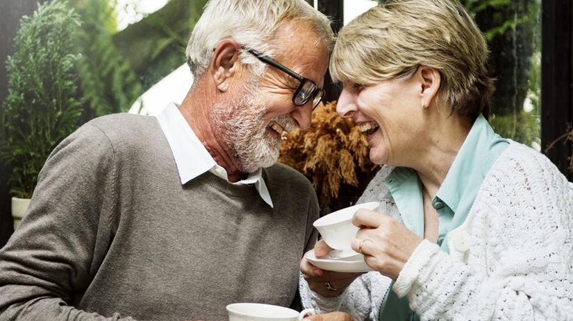 seniori, manželia, šálky, čaj, radosť, smiech