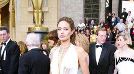 Herečka Angelina Jolie v roku 2004 v kreácii od Marca Bouwera.