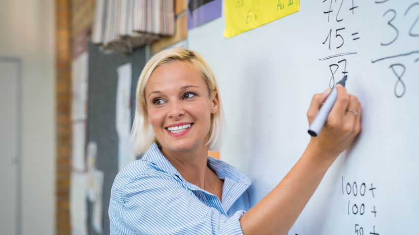 žena, učiteľka, vysvetľovanie, tabuľa