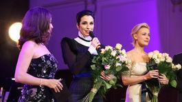 Lucia Hablovičová (v strede) a Martina Šmuková opäť obhatili ples o charitatívny rozmer.