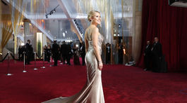 Dvakrát nominovaná herečka Scarlett Johansson v šatách Oscar de la Renta.