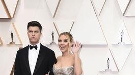 Dvakrát nominovaná herečka Scarlett Johansson v šatách Oscar de la Renta. Spoločnosť jej robil snúbenec Colin Jost.