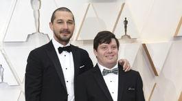 Herec Shia LaBeouf (vľavo) a jeho kolega Zack Gottsagen.