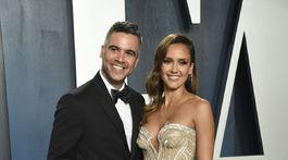 Herečka Jessica Alba v kreácii Atelier Versace. Na snímke s manželom.