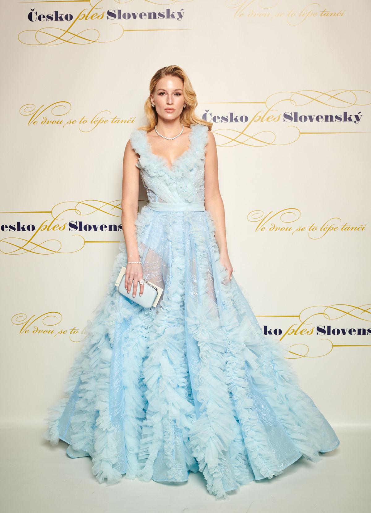 Modelka Karolína Mališová v šatách Poner.