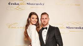 Modelka Nikol Švantnerová v kreácii Poner a v spoločnosti partnera.