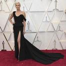 Nominovaná herečka Charlize Theron prišla v čiernej róbe Christian Dior Haute Couture.