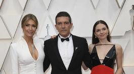 Nominovaný herec Antonio Banderas v spoločnosti partnerky Nicole Kimpelovej (vľavo) a dcéry Stelly Banderasovej.