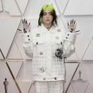 Speváčka Billie Eilish prišla v kombinácii Chanel.