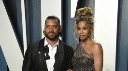 Športovec Russell Wilson a jeho tehotná polovička Ciara.