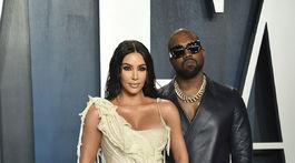 Televízna a internetová celebrita Kim Kardashian v kreácii Alexandre McQueen. Jej manžel Kanye West oblečený do značky Dunhill.