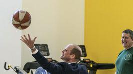 Princ William sa pokúša zasiahnuť basketbalový kôš pri hode z vozíčka.