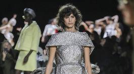 Modelka predvádza jednu z kreácii v rámci kolekcie Marc Jacobs Jeseň/Zima 2020.