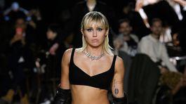Speváčka Miley Cyrus sa objavila na prehliadke dizajnéra Marca Jacobsa v New Yorku.