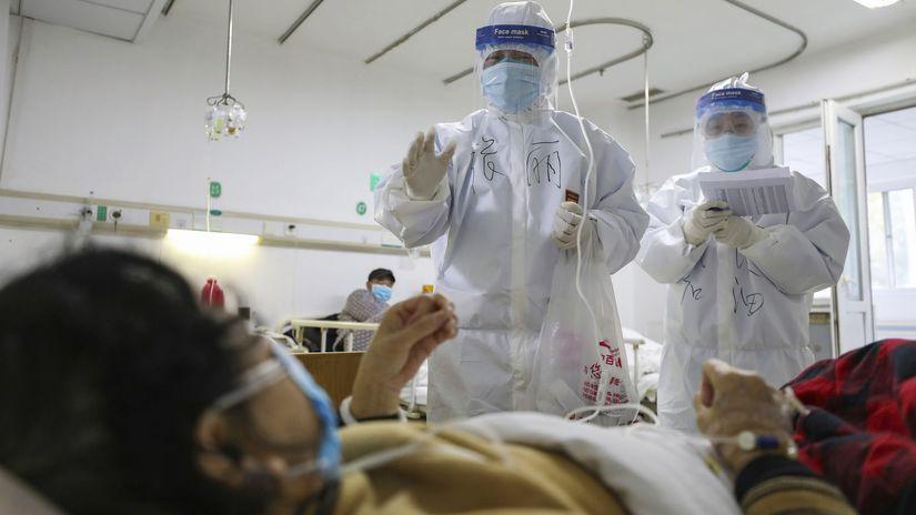 čína koronavírus nemocnica kombinéza zdravotník...