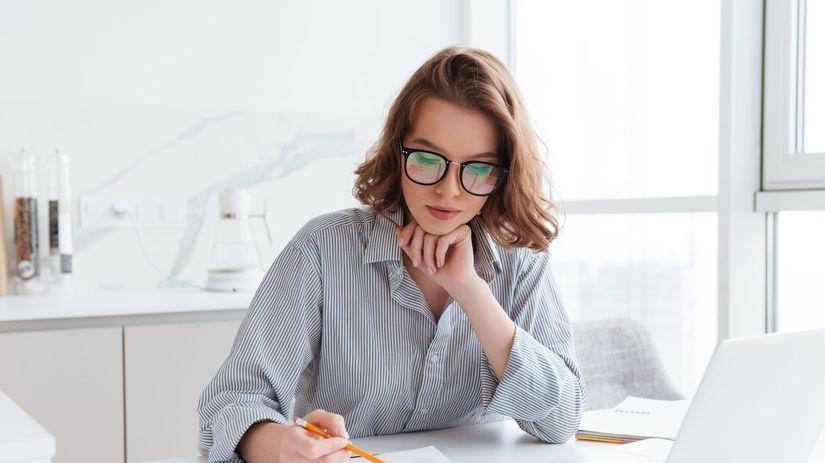 zamyslená žena, práca, účtovníctvo, papiere